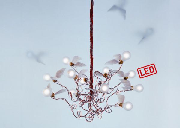 LED Deckenleuchte BIRDIE LED von Ingo Maurer mit 12 LED Glühbirnen umgeben von Gänsefedern
