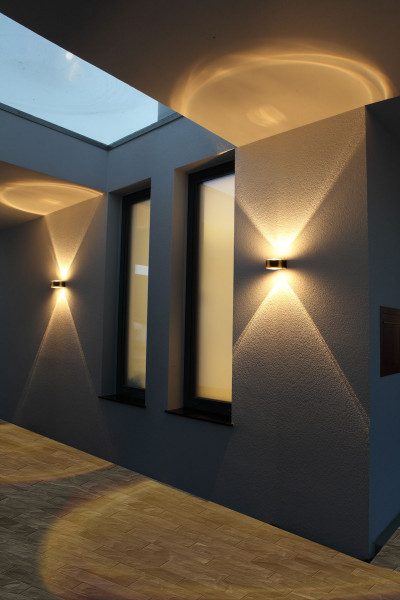 LED facade spotlight made of stainless steel with double-sided radiation and lens technology for spectacular radiation