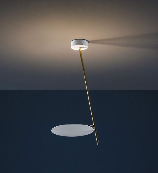 LED-Deckenleuchte LEDERAM C1 von Catellani & Smith - hier die Variante LC15: Leuchtenschale Weiß, Goldene Stange, Deckenbaldachin Weiß