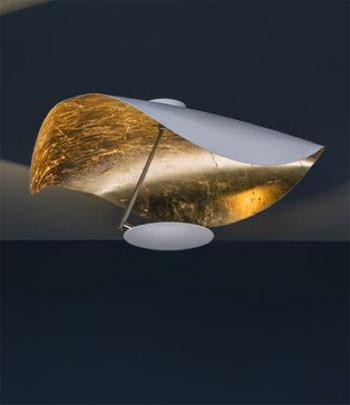 LED Wand- / Deckenleuchte LEDERAM MANTA CWS1 von Catellani & Smith - hier die Variante Deckenteller aussen weiß, Reflektor Blattgold , Satinierte Stange, Leuchtmittelteller weiß