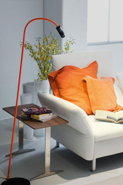 LED Stehleuchte A LITTLE BIT COLOUR von Oligo - hier die Variante mit Leuchtenkopf Schwarz matt, Textil Orange matt