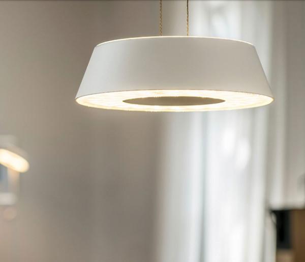 LED Pendelleuchte GLANCE von Oligo mit einem Leuchtenkopf - hier die Variante in Oberfläche Weiß matt