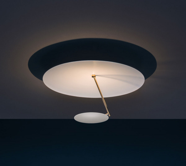 LED Deckenleuchte LEDERAM C150 von Catellani & Smith - hier die Variante Deckenteller aussen weiß, Reflektor weiß, Goldene Stange, Leuchtmittelteller weiß