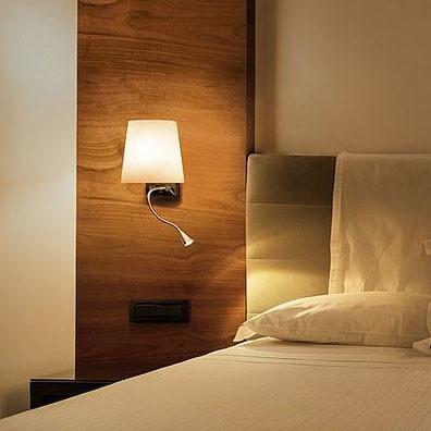 Bett-Leseleuchte mit 2 Lichtquellen, die getrennt voneinander schaltbar sind. Mit Flexarm für die LED Leseleuchte und Glasschirm für das Hauptlicht.