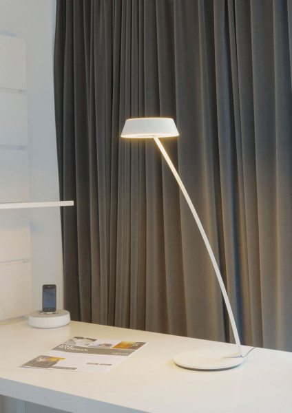 LED table lamp GLANCE in the curved version with gesture control by Oligo - here in white finish