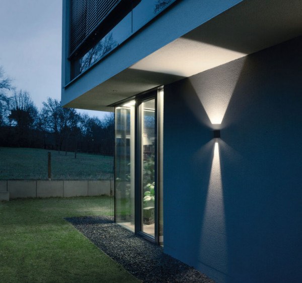 LED facade spotlight with double-sided radiation in anthracite surface and 2 panels to adjust the beam angle
