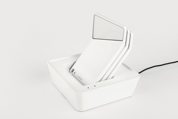 Akkubetriebene LED-Wandleuchte Winglet von Nimbus - Variante in weiß 3 Stück eingelegt in den Charger
